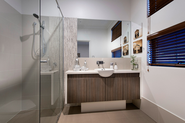 Ванная комната в спокойных пастельных тонах.