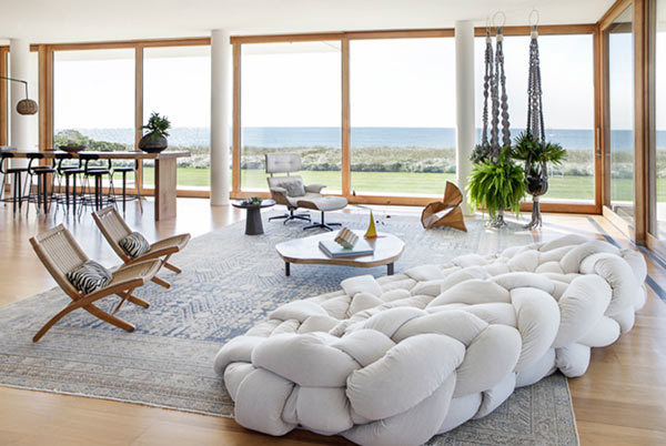 Стильный белый диван в зале.