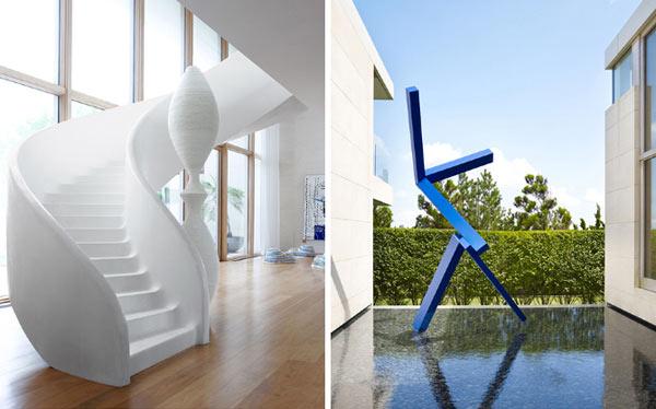 Белоснежная лестница и оригинальная синяя скульптура.