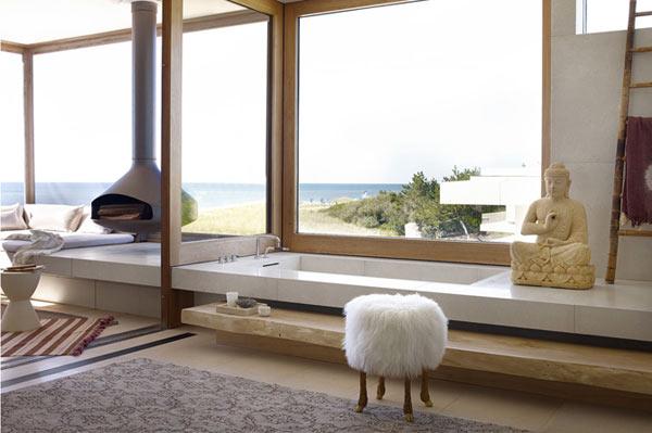 Роскошная ванна с видом на пляж.
