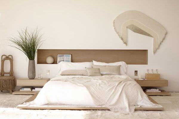 Просторная светлая спальня.