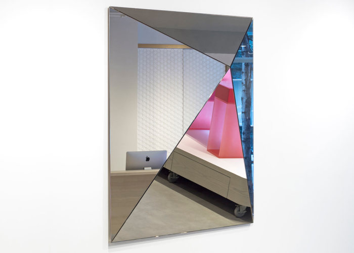Уникальный дизайн зеркала от Joe Doucet.