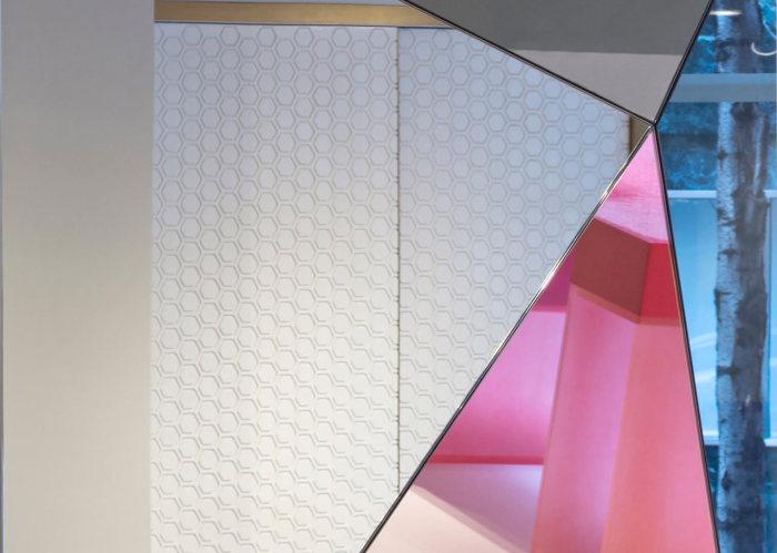 Граненое прямоугольное зеркало от Joe Doucet.