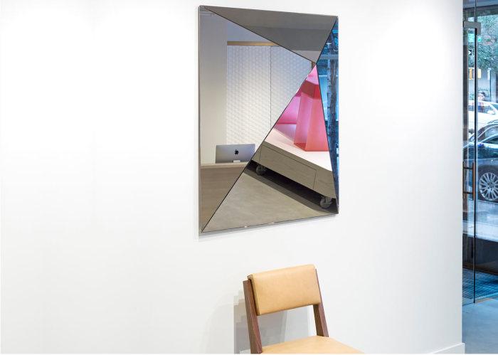 Необычное зеркало - изюминка интерьера.