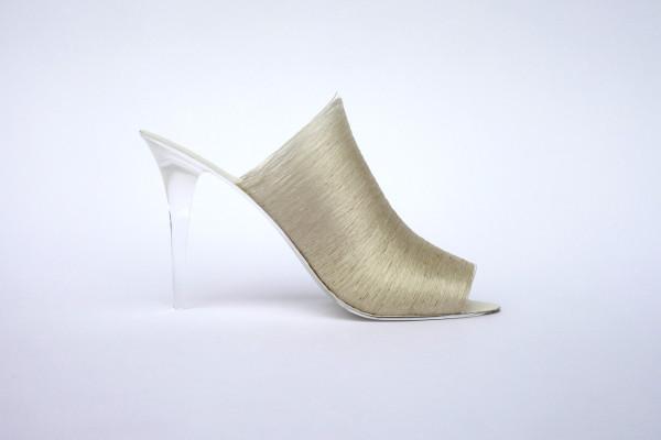Женская обувь из шелковой нити.