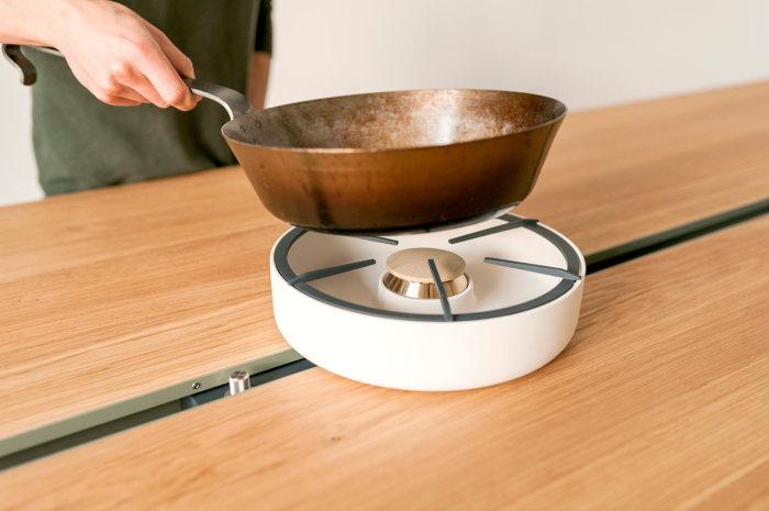 Универсальный стол для трапезы и готовки.
