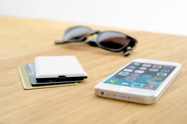 Небольшая вспышка для iPhone - новая разработка, делающая фото значительно качественнее.