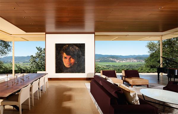 Портрет Жаклин Кеннеди Онассис  в интерьере, представленном Rizzoli New York.