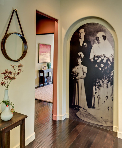 Семейный портрет во всю стену в интерьере от De Mattei Construction.