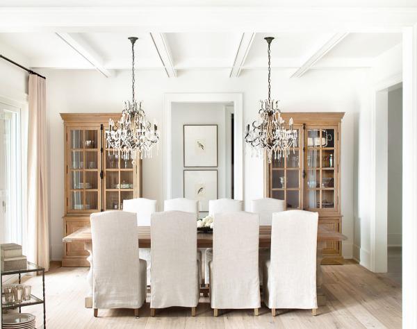 Интерьер в светлых тонах от дизайн-студии Kelly Deck Designs.