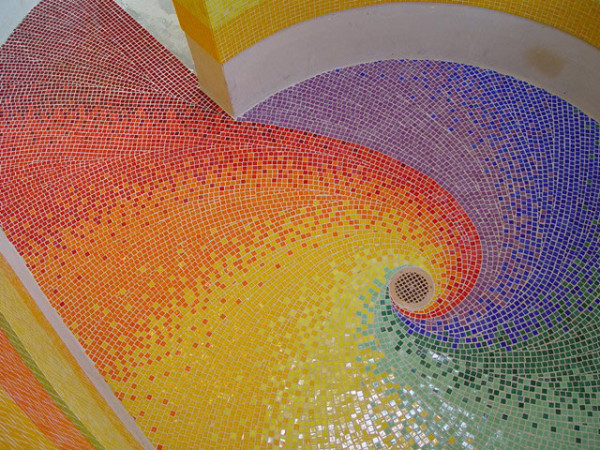 Радужный декор пола в душевой кабине от Tesserae Mosaic Studio.