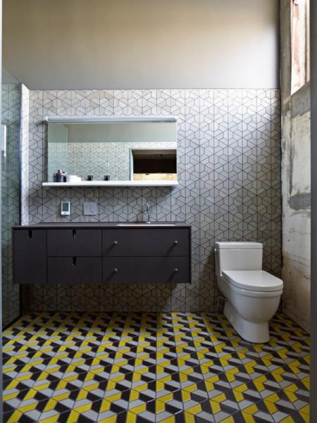 Графическая плитка в ванной комнате от компании Heath Ceramics.