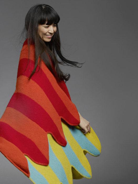 The Papageno – яркое одеяло, которое вполне можно использовать как стильное пончо.
