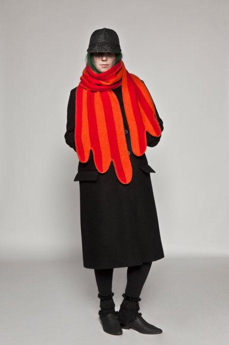 Оригинальный шарф под названием Крыло (The Wing).