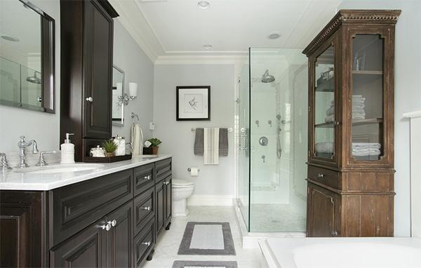 Деревянные шкафы в интерьере ванной от Diane Durocher Interiors.