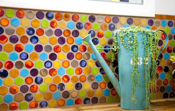 Плитка в форме монеток в интерьере от Mercury Mosaics and Tile.