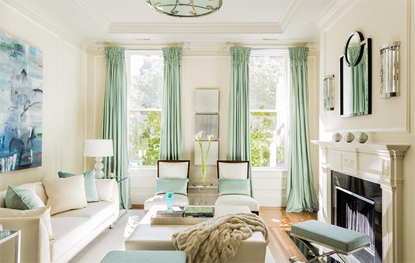 Гостиная от Leslie Fine Interiors.