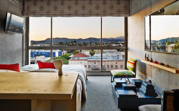 Стильный дизайн интерьера в номере отеля The Line Hotel.