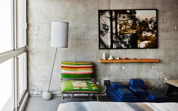 Интерьер в номере отеля The Line Hotel, разработанный Sean Knibb.