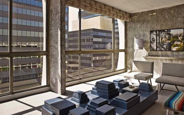 Панорамные окна в номере современного отеля.