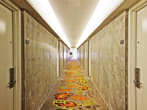 Стильный дизайн коридора в гостинице The Line Hotel.