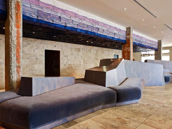 Необычные мягкие диваны в холле отеля.