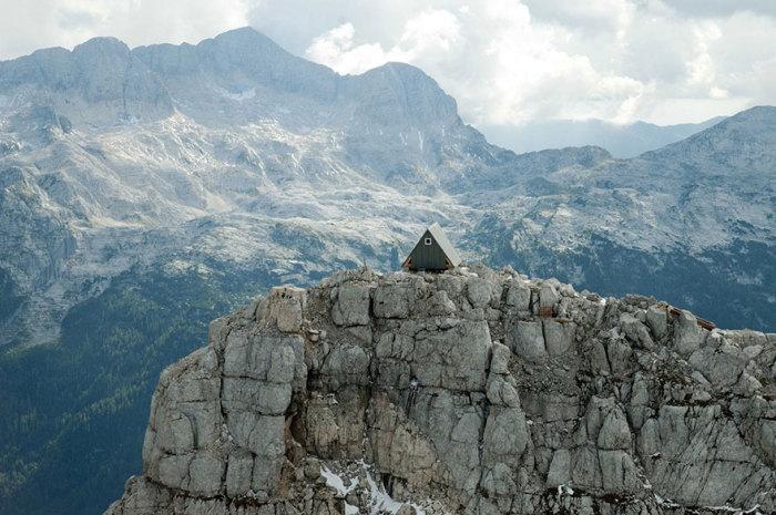 Домик в горах - бесплатное место для отдыха туристов.