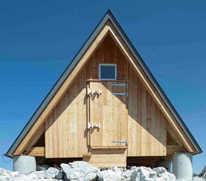Деревянная хижина, построенная по заказу семьи ныне покойного альпиниста Luca Vuerich.