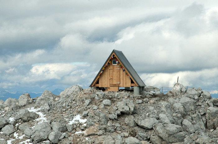 Бесплатная мини-гостиница, расположенная в Юлианских Альпах на высоте 2500 метров.