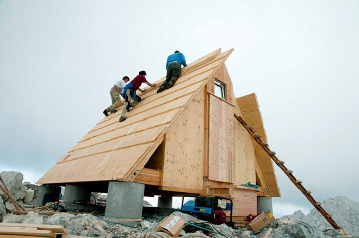 Процесс возведения хижины в Юлианских Альпах в Италии.