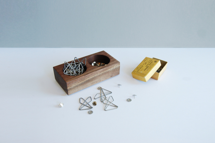Емкость для хранения скрепок и других мелких предметов.