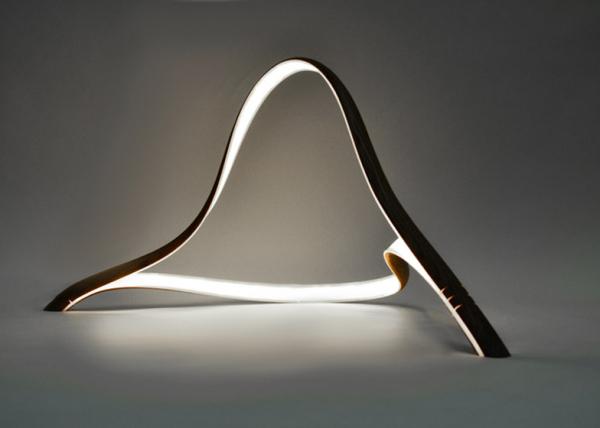 Дизайнерская лампа в форме согнутых полос древесины.