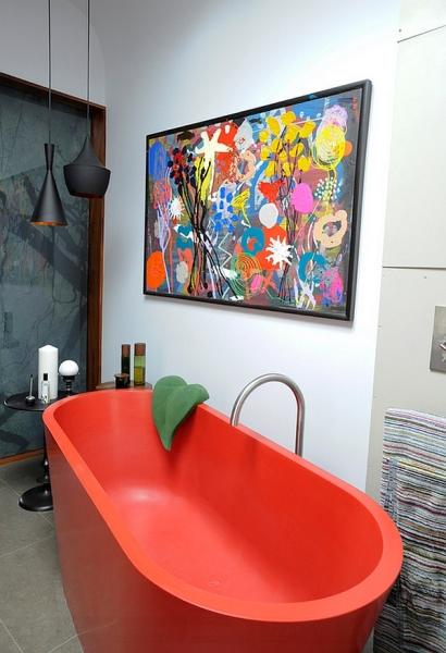 Оригинальная ванна красного цвета.