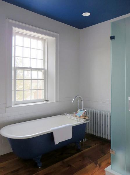 Насыщенный синий цвет в дизайне ванной комнаты.