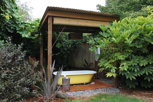 Нежно-желтая ванна на открытом воздухе.