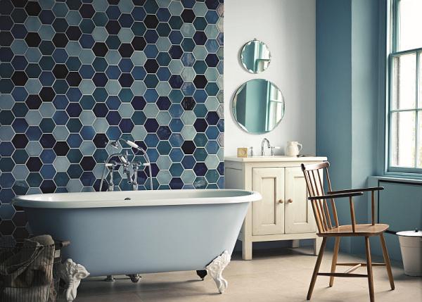 Дизайн стильной ванной комнаты в голубых оттенках.