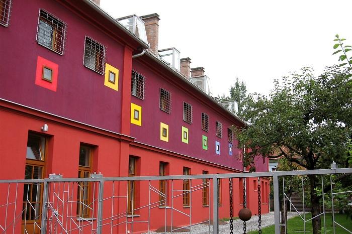 Бывшая военная тюрьма, переделанная в популярный хостел.