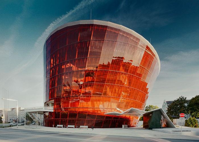 Great Amber Concert Hall - концертный зал с ярким сверкающим фасадом.