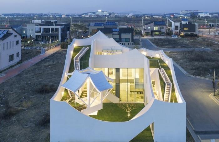 Flying House - современной дом с элементами традиционной корейской архитектуры.