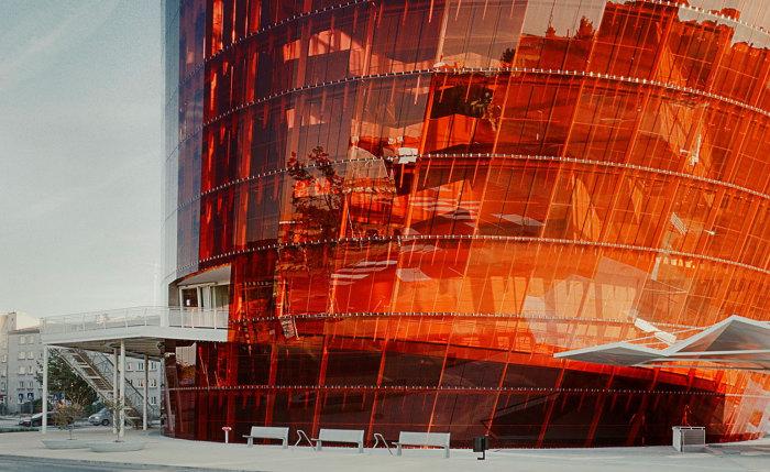 Great Amber Concert Hall - здание с ярким фасадом.