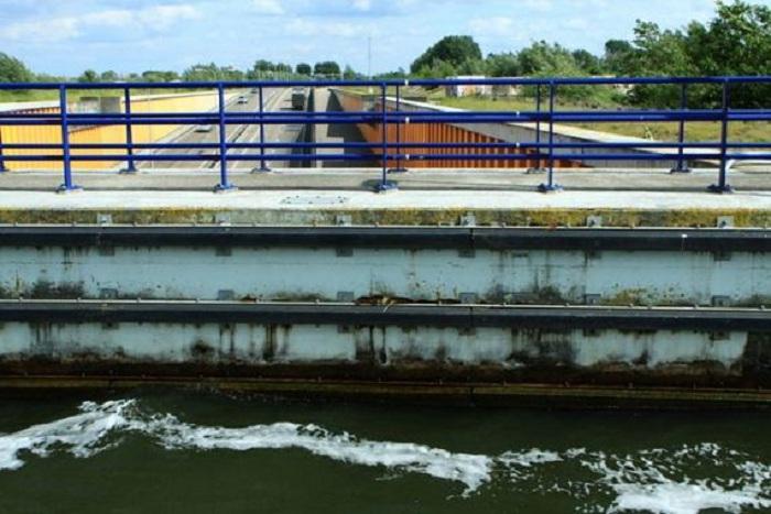 Глубина водного моста составляет 3 метра.