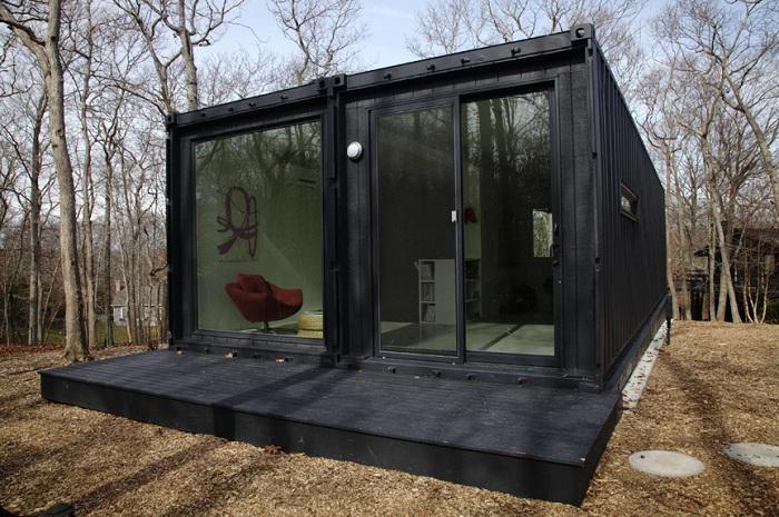 Монохромный дом с витражными окнами.