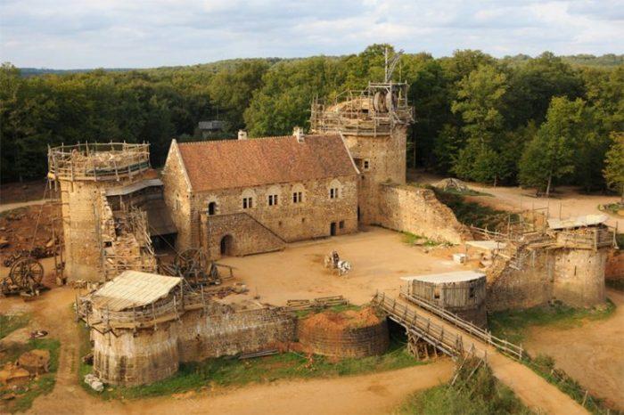 Энтузиасты строят замок по средневековым технологиям.