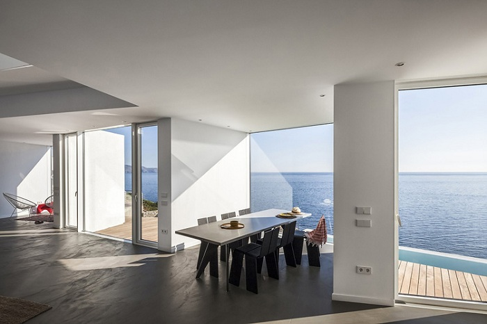 The Sunflower House - дом с видом на море.