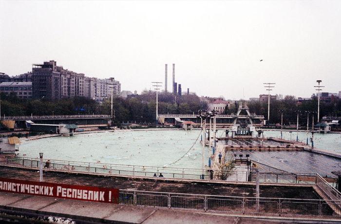 На месте фундамента Дворца Советов построен публичный бассейн.