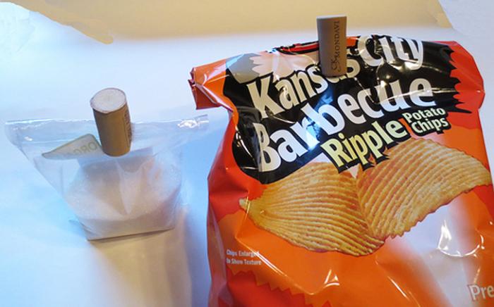Отличное решение как закрепить раскрытый пакет. | Фото: doityourselfrv.com.