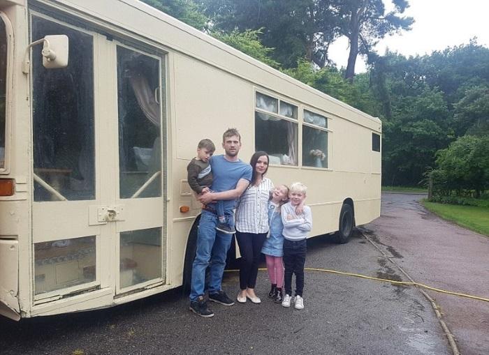Семья умельцев возле дома на колесах. | Фото: dailymail.co.uk.