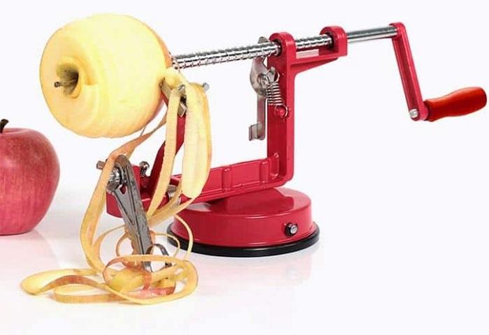 Устройство для очистки яблочной кожуры.