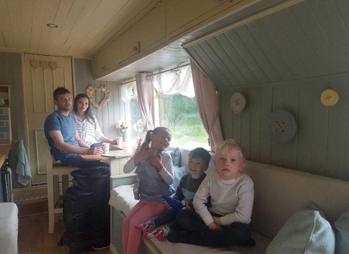 Немаленькое семейство уже путешествовало в доме-автобусе во Францию и Бельгию. | Фото: malaysiakubaru.com.