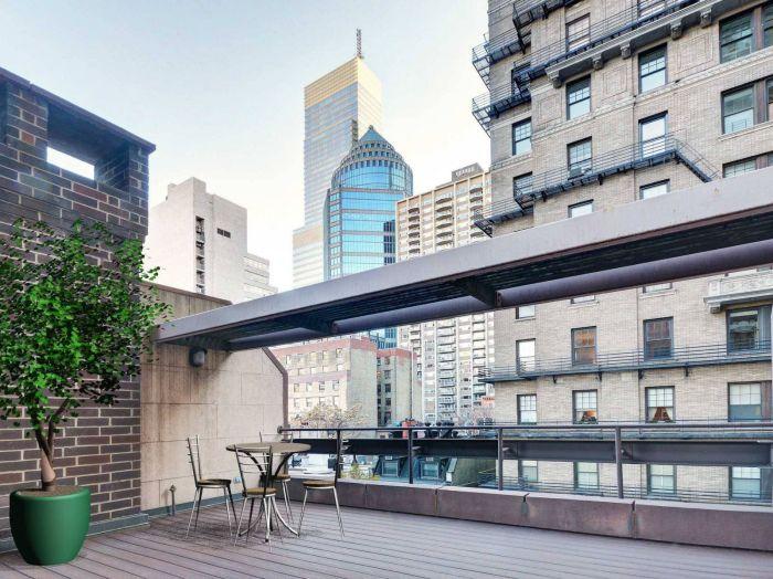 С террасы на шестом этаже открывается кусочек потрясающего вида на город.